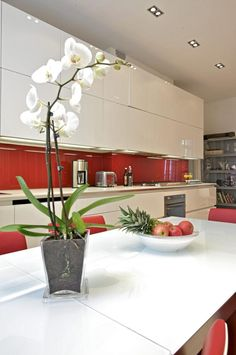 Searching for kitchen decorating ideas? This fantastic Italian red and white kitchen design in Oslo is not only charming and modern, but it complements Residential Interior Design, Home Interior, Interior Architecture, Kitchen Decor, Kitchen Design, Oslo, Red And White Kitchen, Downlights, Sweet Home