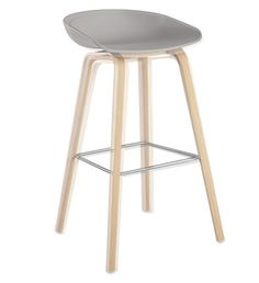 Diiiz offers a reproduction of the Hay bar stool. This bar stool is available in white or black. The bar stool replica is made of plastic and wood. Chaise Snack, Chaise Bar, Types Of Furniture, Furniture Design, Counter Stools, Bar Stools, Chaise Haute Design, Eames, Wood Stool