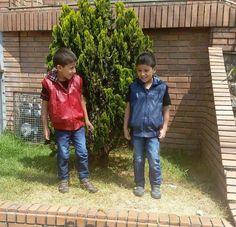 Nuestros pequeños #clientesfelices Nicolás y Santiago luciendo sus chalecos en cuero con forro en paño leñador color rojo y azul.