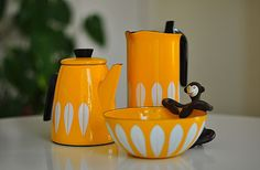 Cathrineholm Lotus Yellow Coffee Pot set with small bowl Lotus Tea, Mid Century Modern Kitchen, Lotus Design, Vintage Enamelware, Vintage Kitchen, 1960s Kitchen, Vintage Cooking, Retro Vintage, Coffee Set