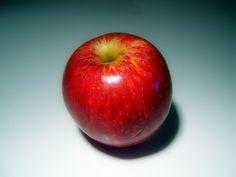 Manzana: esta deliciosa fruta es alta en pectina, una fibra que uniéndose al colesterol logra reducirlo. A su vez, contiene flavonoides, que disminuye el riesgo de padecer un ataque cardíaco en un 50%, cuando se consume regularmente.