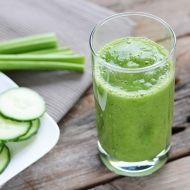 Groene smoothie - Recepten - Verse Oogst Halve komkommer 3 stengels bleekselderij 2 grote handen spinazie 2 kiwi's halve mango 1 banaan