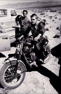 Cigarette hanging from his mouth. A Triumph motorcycle. Out in the desert, that's Steve McQueen of course! Valentino Rossi Logo, Valentino Rossi The Doctor, Enduro Vintage, Motos Vintage, Vintage Biker, Motocross, Triumph Motorcycles, Vintage Motorcycles, Triumph Scrambler