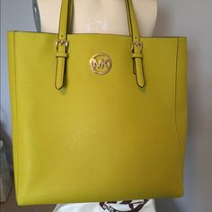 Micheal Kors Jet Set Travel Large Tote in Apple. 14x13x4. This is in mint condition, purchased it new and used it once. NO TRADES, NO LOWBALL offers please. Michael Kors Bags Totes