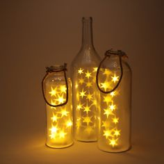 Tarros y botellas de diferentes tamaños con luces en su interior para iluminar ambientes exteriores o interiores y dar un toque especial a tus cenas o eventos. #tarrosluz #tarros #led