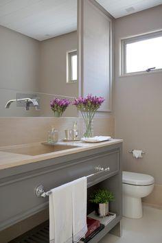 O gabinete do banheiro foi desenhado pela Babi e recebe a bancada limestone vermont levigado (Foto: Denílson Machado - MCA Estúdio/Divulgação )