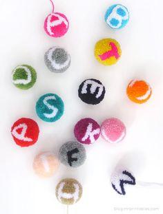 Voici un DIY incroyable ! Vous allez apprendre à réaliser des pompons... jusque la tout va bien et vous devez maîtriser le sujet, mais incrusté d'une lettre !!! Oui, c'est bluffant. Sur MrPrintables, tout est expliqué. Il n'y a pas de tutorial pour chaque lettre mais je pense qu'à partir du moment où vous aurez fait une ou deux lettres et compris le principe vous serez capable de décliner tout l'alphabet. Je compte sur vous pour m'envoyer les photos de vos jolis pompons lettre. J'ai trouvé…