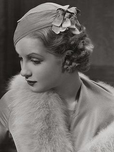 A lovely style with a hat from the 1930s from Sari Maritza (17 March 1910 – July 1987).