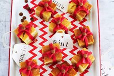 Sint en Piet-cak­e­ca­deau­tjes Kids Birthday Treats, Kids Menu, Diy Food, Christmas And New Year, Finger Foods, Delicious Desserts, December, Gift Wrapping, Sweets