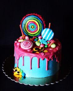 """Торт """"Сникерс""""- пропитанные шоколадные коржи, соленый арахис, карамель, крекер. Покрыт творожно-масляным кремом. Глазурь на белом шоколаде. Украшен эмитированными леденцами, М&Мs. Автор instagram.com/paradecakes"""