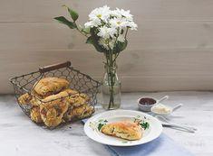 Rezept für Sonntags-Frühlings-Frühstück deluxe: Rhabarber-Buttermilch-Scones mit Clotted Cream und Erdbeerkonfitüre