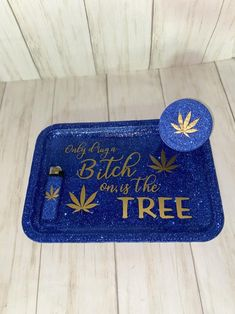 These glitter rolling tray sets are perfect for smokers both male and female! Diy Resin Tray, Diy Resin Crafts, Diy Crafts To Sell, Marijuana Decor, Custom Funko Pop, Hippy Room, Stoner Gifts, High Maintenance, Jar Lights