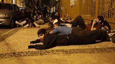 #Brasil: Madrugada violenta en Río acaba con 56 detenidos. #Protestas se extendieron hasta esta madrugada. Activistas denuncia a Policía Militar por usar gas pimienta y balas de caucho contra los manifestantes. #Peru21