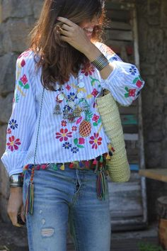 Mommy - mytenida This kind of blouse reminds me when I was little! My mum was so stylish that my four brothers and sisters always were wearing the perfect outfits! Mexican Fashion, Mexican Outfit, Boho Outfits, Casual Outfits, Fashion Outfits, Look Boho Chic, Estilo Hippie, Look Casual, Boho Fashion