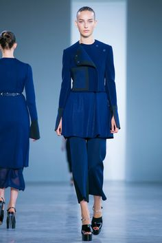 A look from the Calvin Klein Collection Spring 2015 RTW collection. (Photo: Nowfashion)
