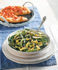 Το αβοκάντο με το σπανάκι είναι από τους πιο νόστιμους συνδυασμούς για σαλάτα.Το κίτρινο -χάρη στο σαφράν- dressing γιαουρτιού σε συνδυασμό με τα αράπικα φιστίκια την απογειώνουν γευστικά. Detox Recipes, Salad Recipes, Healthy Recipes, Healthy Nutrition, Healthy Eating, Salad Bar, Salad Dressing, Food Art, Spinach