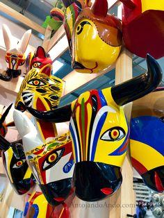 Artesanías elaboradas en madera y pintadas a mano. Carnaval de Barranquilla, Colombia Decor Room, Carnival, Masks, Objects, Textiles, Country, Live, Drawings, Holiday