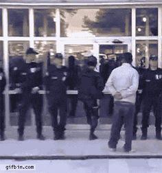 VOCÊ ACHA QUE A POLÍCIA PODE LHE SALVAR?HA.HA.HA. | Um lembrete de que as portas de vidro ainda são a maior ameaça atual para a humanidade nunca me canso kkk