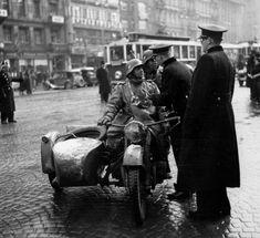 1939 Czechoslovakia, Prague, The Czech officers speak with German motorcyclists 1939 Cecoslovacchia, Praga, Gli ufficiali cechi parlano con i motociclisti tedeschi Ww2 Photos, Luftwaffe, German Army, Vietnam War, Military History, World War Two, Troops, Wwii, Prague