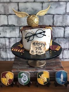 The birthday cake at this Harry Potter Birthday Party is so impressive! The birthday cake at this Harry Potter Birthday Party is so impressive! See more party ideas and s Baby Harry Potter, Harry Potter Motto Party, Harry Potter Fiesta, Gateau Harry Potter, Harry Potter Birthday Cake, Harry Potter Food, Harry Potter Theme Cake, Harry Potter Cake Decorations, Harry Potter Candy