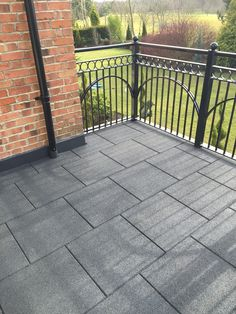 Use promenade tiles made from recycled rubber for balconies. They're easy to lay, low cost and durable, as well as being safe and comfortable. Playground Flooring, Deck Flooring, Backyard Playground, Outdoor Flooring, Play Area Garden, Garden Floor, Terrace Garden, Side Garden, Patio Tiles