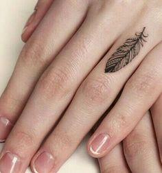 Un tatouage discret sur le doigt avec de beaux détails..