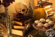Decoración y recetas para preparar una mesa dulce temática de Halloween Halloween, Candy Buffet, Candy Stations, Garlands, Mesas, Recipes, Halloween Stuff