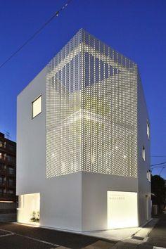 Lichdurchlässige Fassade mit Lochblech in Kanagawa.