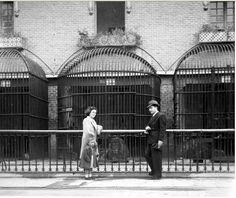 Casa de fieras del parque del Retiro. Madrid. Fotografía posando delante de las jaulas de los felino, años 40-50.