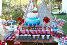 decoración de postres y pastel en los colores rojo, azul y blanco