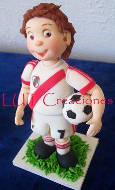 Hincha de River,  Un encargo muy especial para un fanático total del Equipo de Futbol River Plate.  Adorno modelado en Pasta de Goma con una base de pastillaje.