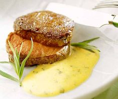 Tournedos an Béarnaise-Sauce - zu Recht des Komponisten Rossini Leibspeise! Sauce Béarnaise, Bearnaise Sauce, Salmon Burgers, Meat, Chicken, Ethnic Recipes, Food, Filet Of Beef, Recipes