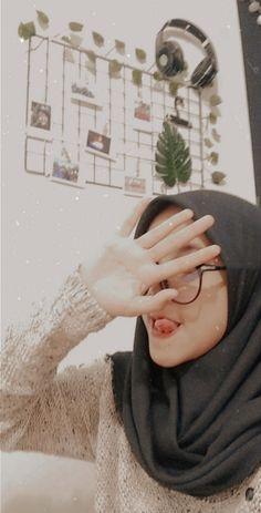 Ootd Hijab, Girl Hijab, Hijab Fashion, Fashion Outfits, Tumblr Girls, Ulzzang, Poses, Cute, People