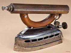 Acorn Brass MFG CO folyékony üzemanyag Iron Antique Iron, Vintage Iron, Vintage Tools, Steampunk House, Steampunk Design, Antique Washing Machine, Old Sewing Machines, Vintage Laundry, How To Iron Clothes
