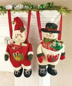 Boneco de neve e papai noel pendurado