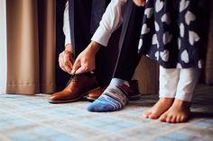 Bräutigam zieht Schuhe an Sneakers, Fashion, Newlyweds, Tennis, Moda, Slippers, Fashion Styles, Sneaker, Fashion Illustrations