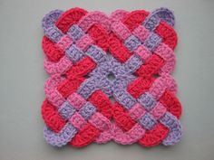 Celtic Knot Squares - AMAZING and free pattern.  nice tuto ! Ravelry !