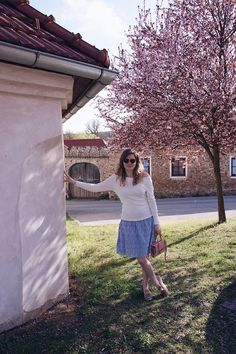 spring look - skirt and white blouse surrounded from a almond tree Beige Outfit, All White Outfit, White Outfits, White Dress, Fashion Spring, Winter Fashion, Magnolia Trees, Spring Blossom, Destroyed Jeans