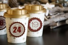 Adventskalender aus Coffee to go Pappbechern & goldenem Deckel