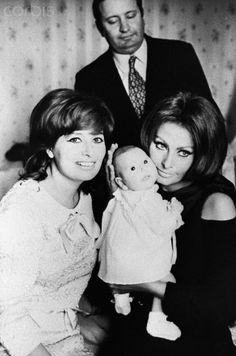 Sophia Loren con la sorella Maria,il cognato Romano Mussolini e la nipote Alessandra Mussolini