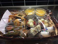 Desayuno sorpresa Breakfast Basket, Valentines Breakfast, Food Gift Baskets, Christmas Hamper, Food Places, Hampers, Afternoon Tea, Thoughtful Gifts, Catering
