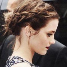 """""""Preso com trança lateral seeeempre fica bom né? Na fofa da Emma Watson #ddbinspira {comentário nada a ver - vi ela em um pub em Londres outro dia, uma…"""""""