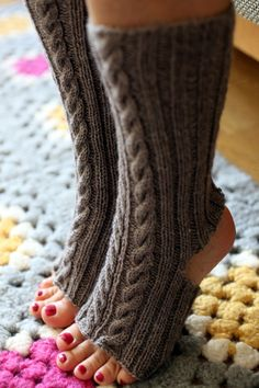Knit Mittens, Knitted Hats, Crochet Slippers, Knit Crochet, Knitting Projects, Knitting Patterns, Knitting Ideas, Socks And Heels, Yoga Fashion