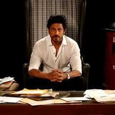 Aww! Shah Rukh Khan reads letters from his FANs - Fan Photo ...