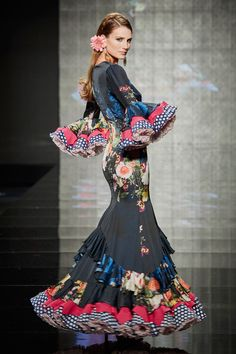 How beautiful this dress is Couture Mode, Couture Fashion, Hijab Fashion, Flamenco Costume, Flamenco Dancers, Flamenco Dresses, Spanish Dress, Spanish Style, Flamingo Dress