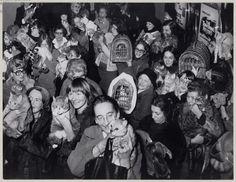 15 ретро-фотографий, которые вызовут у вас улыбку Monochrome, Old Things, Cinema, Black And White, Retro, Cats, Amsterdam, Entrance, Waiting