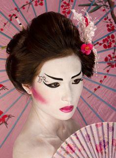 Dramatic take on Geisha makeup Chinese Makeup, Japanese Makeup, Japanese Art, Geisha Make-up, Geisha Hair, Geisha Costume, Costume Makeup, Asian Makeup Tutorials, Asian Makeup Looks