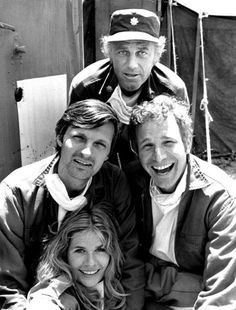 Here's a great shot of Loretta Swit, Alan Alda, Wayne Rogers and McLean Stevenson of M*A*S*H, back in M*A*S*H is hands down, one of the greatest shows of all time. Mash 4077, Great Tv Shows, Old Tv Shows, Alan Alda Mash, Sean Leonard, New Tv Series, Comedy Tv, Vintage Tv, Vintage Photos