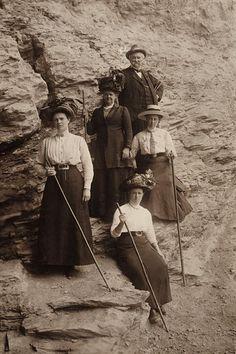 Nationaal Archief / Spaarnestad Photo, SFA002006556   Bergwandelen met wandelstokken rond 1910 Mountain hiking around 1910