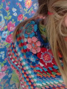 Good inspiration for color and flowers. Poncho Patten  form Drops. Haken en meer: gehaakte poncho==granny square shawl